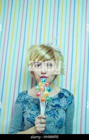 Jeune femme blonde avec un doux regard Banque D'Images