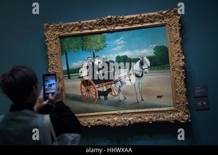 Visiteur utilise son smartphone pour photographier le tableau La carriole du pere Junier (La Calèche du Père Junier, Banque D'Images