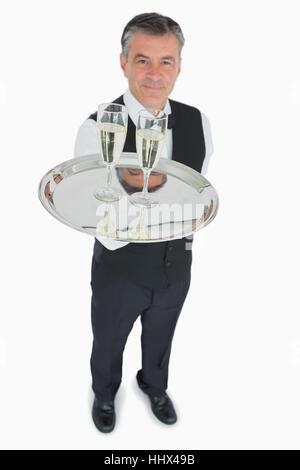 Impôts en fonction au service de verres de champagne sur le plateau d'argent Banque D'Images