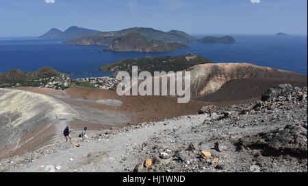 Vue depuis le Gran Cratere sur Vulcano de plusieurs des autres îles éoliennes, y compris Lipari, Salina et Panarea Banque D'Images