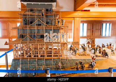 Le Japon, château Ozu, Jizogatake. L'intérieur de garder avec modèle à l'échelle de la construction de l'échafaudage Banque D'Images