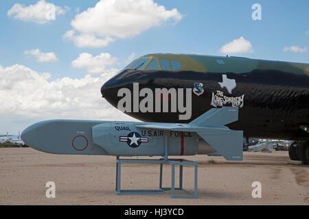 MC Donnell SMA - 20C Caille missiles leurres en face de Boeing B-52 Stratofortress D Bomber sur l'affichage à Pima Air & Space Museum