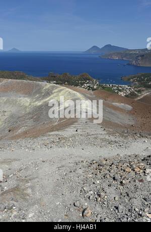 Vue depuis le Gran Cratere sur Vulcano de plusieurs des autres îles éoliennes, y compris Lipari, Salina et Filicudi Banque D'Images