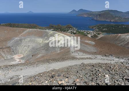 Vue depuis le Gran Cratere sur Vulcano de plusieurs des autres îles éoliennes, y compris Lipari, Salina, Filicudi Banque D'Images