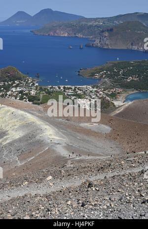 Vue depuis le Gran Cratere sur Vulcano de deux des autres îles éoliennes, Lipari et Salina avec Vulcanello en premier Banque D'Images