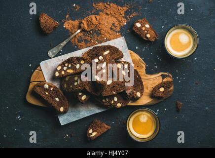 Biscotti au chocolat noir cookies avec sel de mer, amandes et espresso Banque D'Images