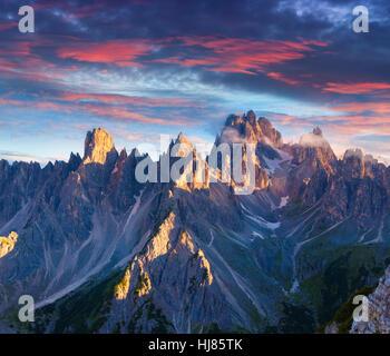Lever du soleil d'été colorés en Italie Alpes, Tre Cime di Lavaredo, Dolomites, l'Europe. Banque D'Images