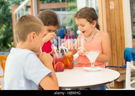 Trois enfants d'un plateau/bouilloire Banque D'Images