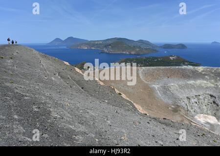Vue depuis le Gran Cratere sur Vulcano et plusieurs autres îles éoliennes, y compris Lipari, Salina et Panarea Banque D'Images
