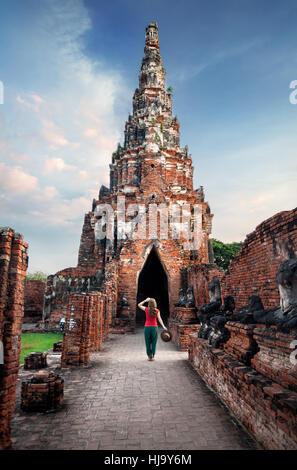Touriste avec chapeau à la ruine antique au wat Chaiwatthanaram à Ayutthaya, Thaïlande Banque D'Images