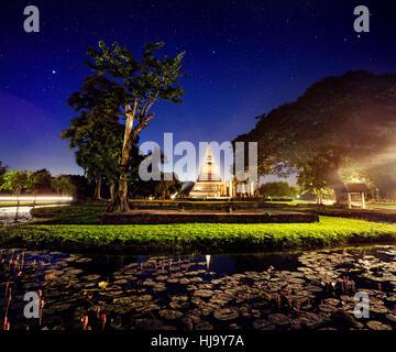 Spectacle de lumière en stupa doré temple bouddhiste dans le parc historique de Sukhothai, Thaïlande Banque D'Images