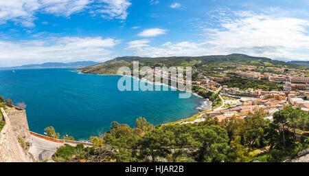 Panorama de la côte nord de l'île de Sardaigne, Italie. Vue sur la pittoresque vieille ville de Castelsardo Banque D'Images