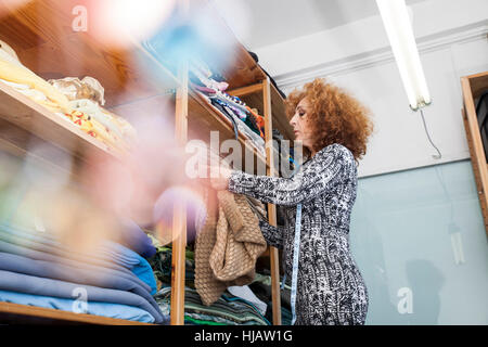 Propriétaire de petite entreprise de mode travaillant dans un cellier Banque D'Images