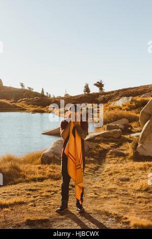 Young male hiker par séchage lac face avec serviette, minéral King, Sequoia National Park, Californie, USA Banque D'Images