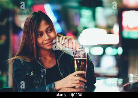 La vie nocturne, des profils girl en attente dans le bar bear Banque D'Images