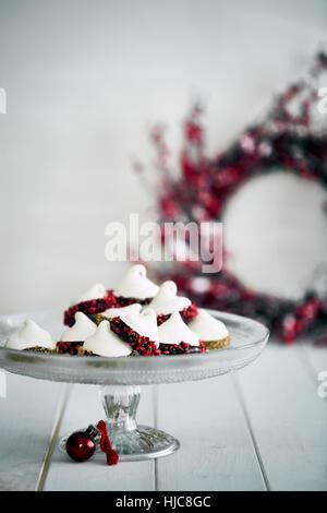 Décorations de Noël et les meringues on cake stand Banque D'Images