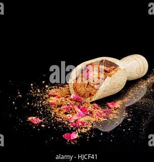 Ras el hanout, le mélange d'épices de luxe avec des pétales de rose. Typique de Maroc, l'Afrique du Nord. Avec scoop Banque D'Images