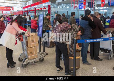 Les passagers à l'arrivée 24 à Yinchuan Hedong Aéroport International, Ningxia, province,China Banque D'Images