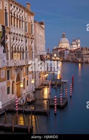 Twilgiht sur les bâtiments le long du Grand Canal avec au-delà de Santa Maria della Salute, Venise, Vénétie, Italie