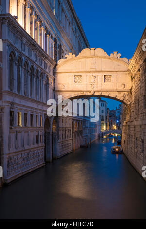 Crépuscule du matin sur le Ponte dei Sospiri - Pont des Soupirs, Venise, Vénétie, Italie Banque D'Images