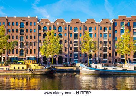 Pays-bas, Amsterdam, Hollande du Nord. Sur les anciens entrepôts canal Entrepotdok, maintenant converti en appartements Banque D'Images