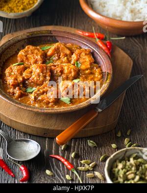 Un délicieux curry de poisson fait maison avec le piment, la coriandre, et du riz basmati.