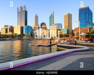 Elizabeth Quay en fin de soirée soleil d'été. Perth, Australie Banque D'Images