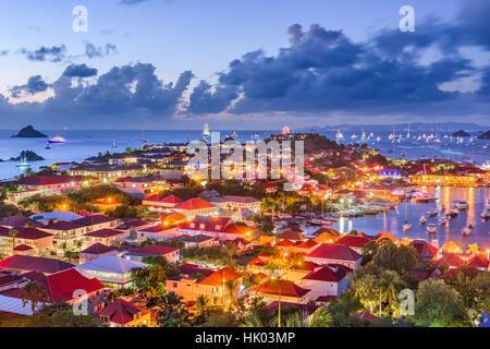 Le port et les toits de Saint Barthelemy dans les Antilles. Banque D'Images