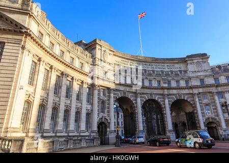 L'Admiralty Arch avec du trafic depuis le Mall et de l'Union, se battant, à la fin de l'automne soleil, Londres, Banque D'Images