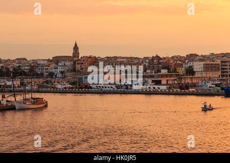 Les bateaux de pêche et la ville au lever du soleil, Palamos, Costa Brava, Catalogne, Espagne Banque D'Images