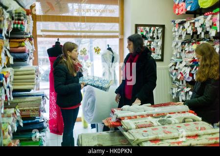 Le choix de tissu dans une boutique de mercerie dans Zamkey Slovaquie Jan 2017 Nove Nove dans Zamkey Slovaquie jan Banque D'Images
