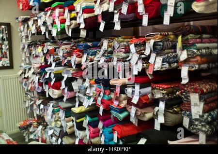 Rouleaux de tissu dans une boutique de mercerie dans Zamkey Slovaquie Jan 2017 Nove Banque D'Images