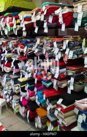 Le choix de tissu dans une boutique de mercerie dans Zamkey Slovaquie Jan 2017 Nove Banque D'Images