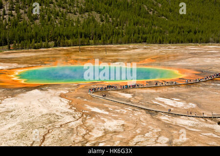WY02210-00...WYOMING - Grand Prismatic Spring Midway Geyser Basin dans le Parc National de Yellowstone. Banque D'Images