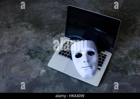 Masque anonyme pour masquer l'identité sur ordinateur portable - internet et la sécurité informatique criminel menace concept.