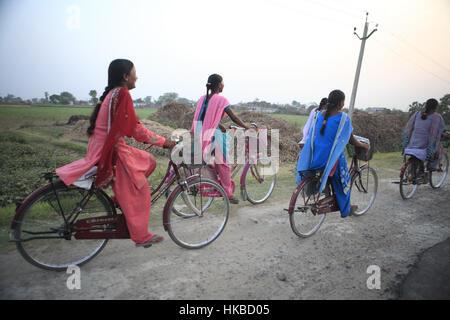 Patna, Bihar, Inde. Apr 28, 2010. 28 avril 2010 - Patna - INDE.Pour circuler à bicyclette comme retour de l'école.L'Inde Banque D'Images