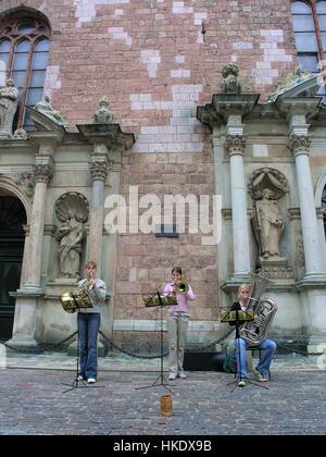 La musique de rue en face de l'église Saint Pierre à Riga Lettonie