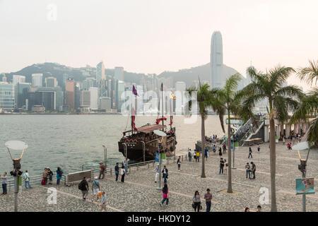Hong Kong, Hong Kong - le 26 avril 2015: les touristes de prendre des photos et profiter de la célèbre ligne d'horizon Banque D'Images
