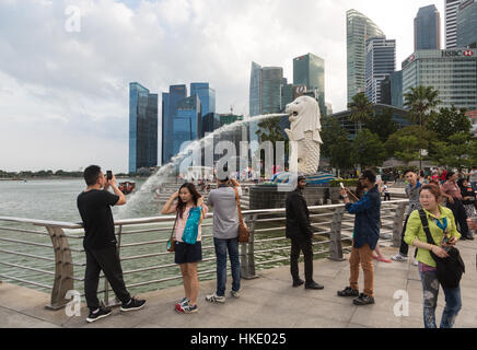 Singapour, Singapour - Le 22 février 2016: les touristes de prendre des photos en face de la ville célèbre skyline Banque D'Images