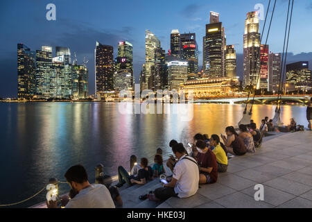 Singapour, Singapour - Le 22 février 2016: les touristes profiter de la vue sur la célèbre skyline de Singapour Banque D'Images