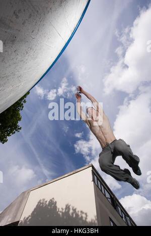Un parkour saut sportif factory ♡ lovely fairies ♡ pascal Alexandra entre des murs Banque D'Images