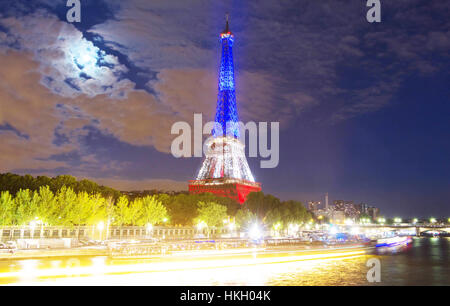 Paris, France-July 16, 2016: La Tour Eiffel illuminée aux couleurs de drapeau national français d'honorer les victimes Banque D'Images