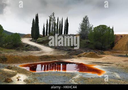 Avec le lac de l'eau toxique polluée rouge une mine de cuivre abandonnée à Mitsero salon à Chypre Banque D'Images