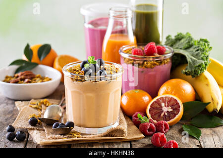 Smoothie mangue orange avec le muesli Banque D'Images