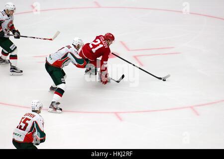 PODOLSK, Russie - le 14 janvier 2017: N. Vyglazov (21) match de hockey sur dribble vs Vityaz AKBars sur Russie Banque D'Images