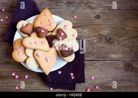 Les cookies en forme de coeur sur fond de bois rustique pour la Saint-Valentin - fête des buiscuits pâtisserie cookies, Banque D'Images