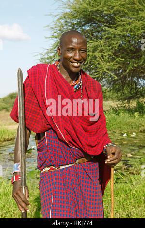 Masaï mâle en vêtements traditionnels Shuka avec lance, le parc national de Tsavo Ouest, comté de Taita-Taveta, Kenya