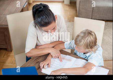 Femme d'aider son fils avec ses devoirs, Bavière, Allemagne Banque D'Images