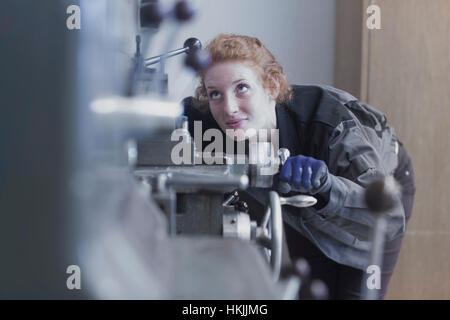 Jeune femme ingénieur travaillant dans une usine industrielle, Freiburg im Breisgau, Bade-Wurtemberg, Allemagne Banque D'Images