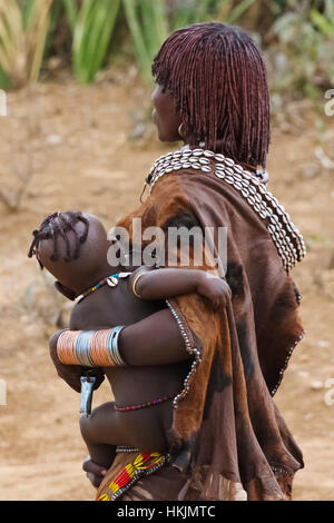 Tribu Hamar woman carrying baby à Hamar, village du sud Omo, Ethiopie Banque D'Images